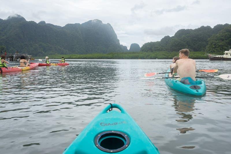 皮船的游人在Thalane在Krabi,泰国咆哮 免版税图库摄影