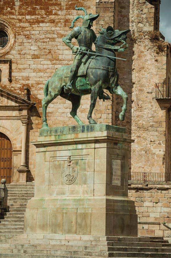 皮萨罗雕象在古铜做了在特鲁希略角马约尔广场  免版税图库摄影