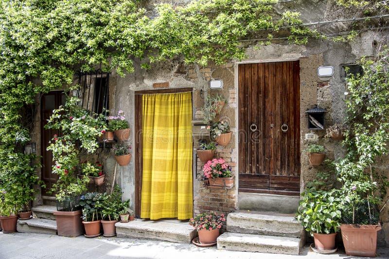 皮蒂利亚诺典型的房子,托斯卡纳的中世纪村庄 库存照片