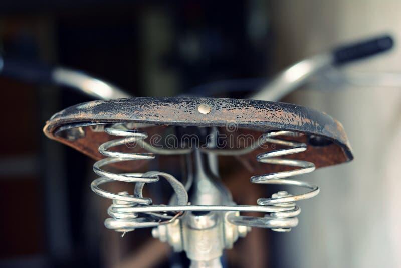 皮革位子老自行车 库存图片