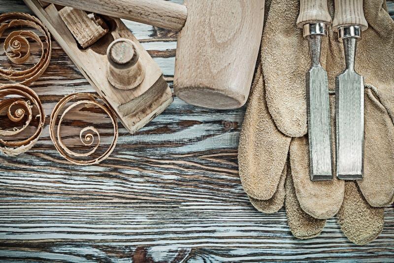 皮革安全手套木锤子凿更加平面的计划芯片 图库摄影