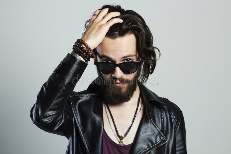 皮革的年轻有胡子的人 太阳镜的行家 免版税图库摄影