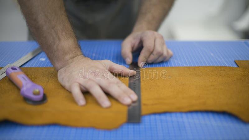 皮革钱包的运作的过程在皮革车间 E 免版税库存图片
