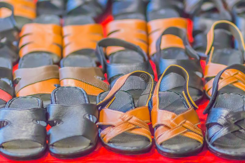 皮鞋凉鞋和鞋类待售在架子在跳蚤市场上购物 免版税库存照片
