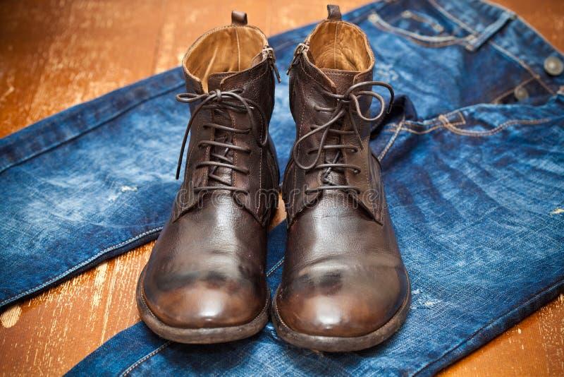 皮靴褐色和蓝色牛仔裤 免版税库存图片