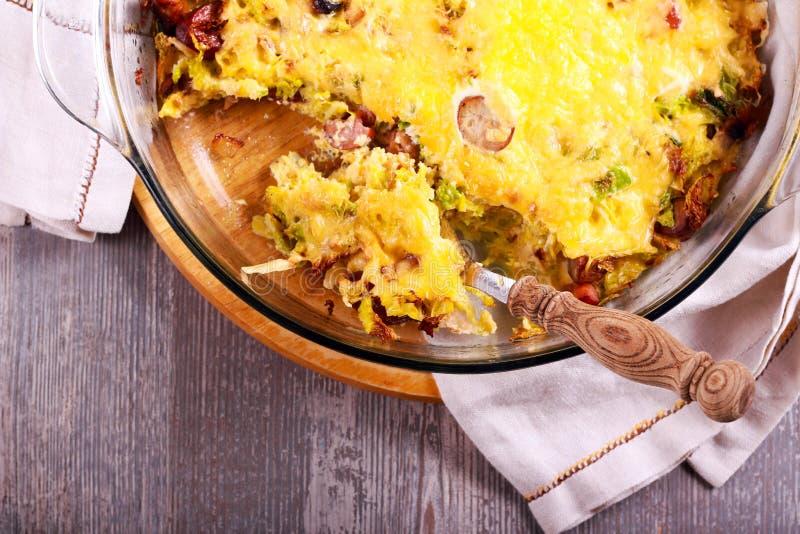 皱叶甘蓝、香肠和乳酪焦干酪 图库摄影