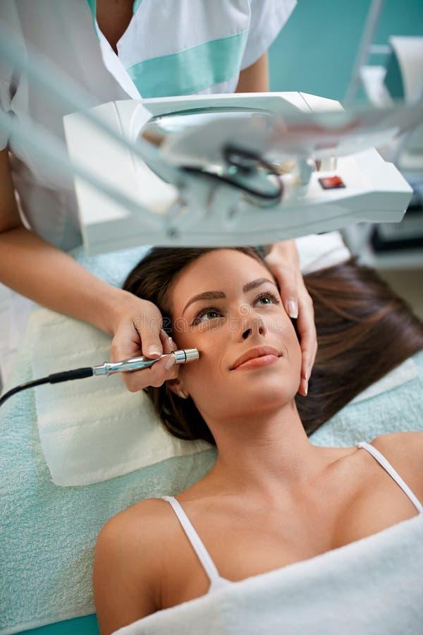 皱痕预防, microdermabrasion的化妆治疗 库存照片