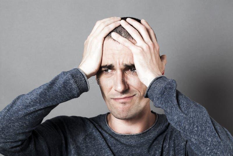 皱眉哀伤的年轻黑暗的人的男性绝望概念 库存图片