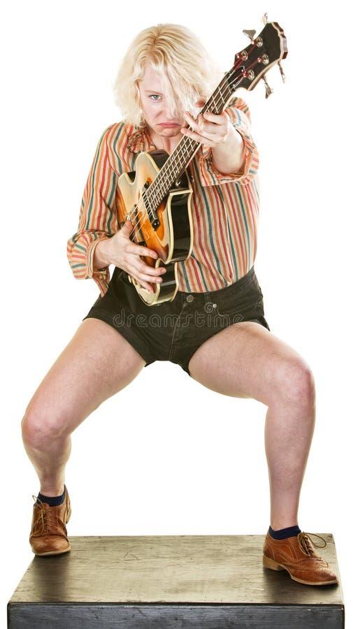 皱眉的吉他演奏员 免版税库存图片