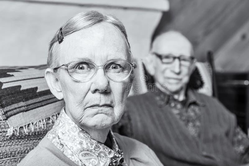 皱眉头的年长夫妇 库存照片