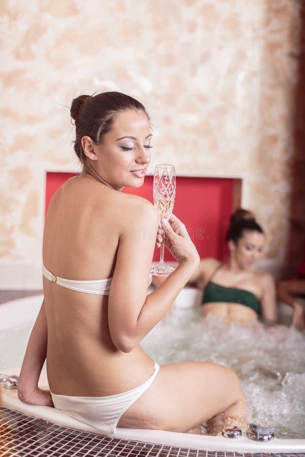 浴盆的少妇 免版税库存照片