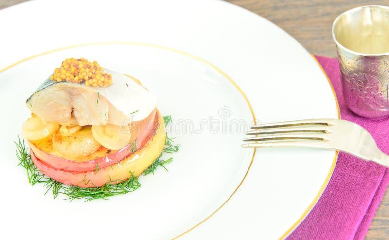 Download 盐与苹果计算机和葱的用卤汁泡的鲭鱼 库存照片. 图片 包括有 颜色, 饮料, 烹调, 生气勃勃, 橄榄, 莳萝 - 62532242