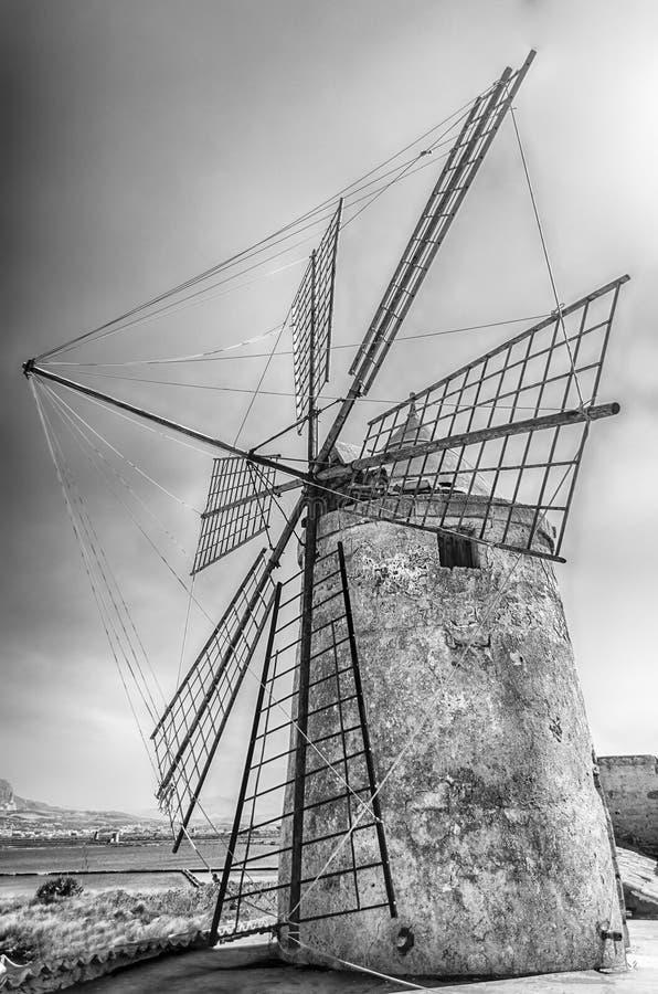盐产品的老风车,西西里岛 库存照片