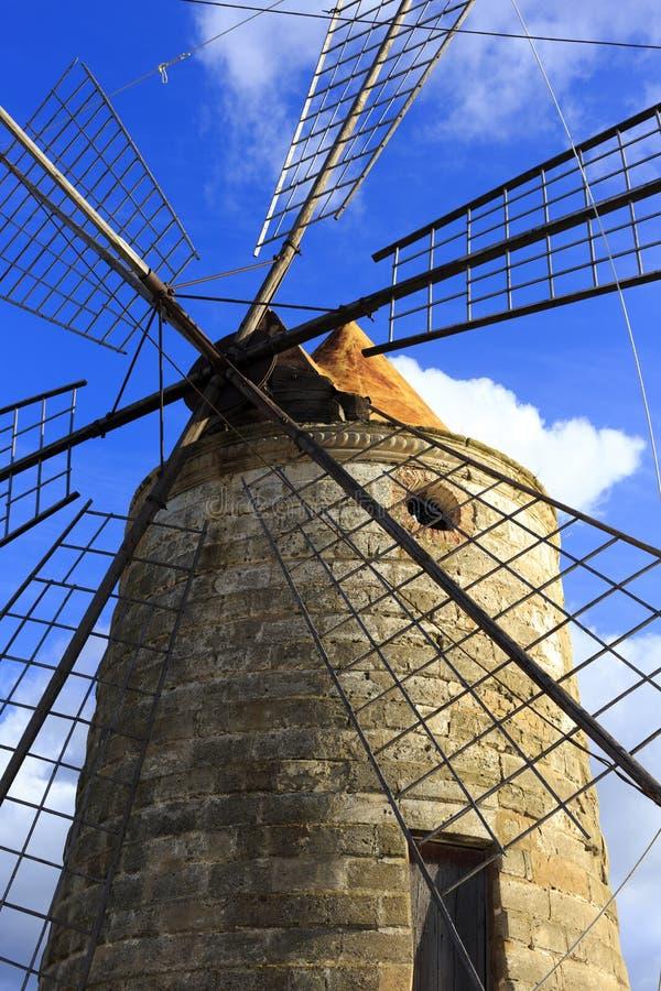 盐产品的老风车 免版税库存照片