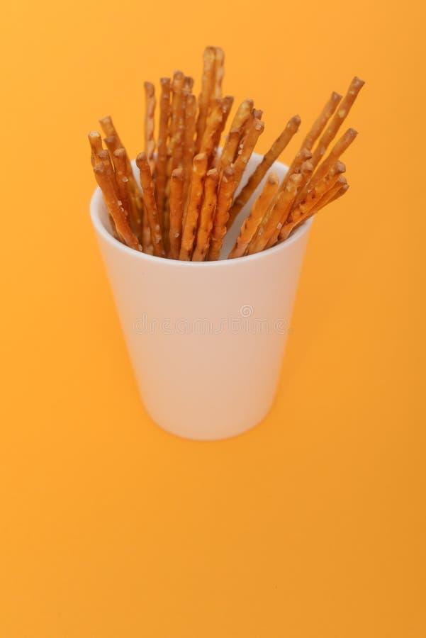 盐味的棍子堆在白色杯子的 免版税库存照片