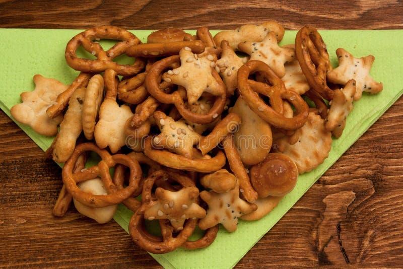 盐味的椒盐脆饼和快餐 免版税库存照片
