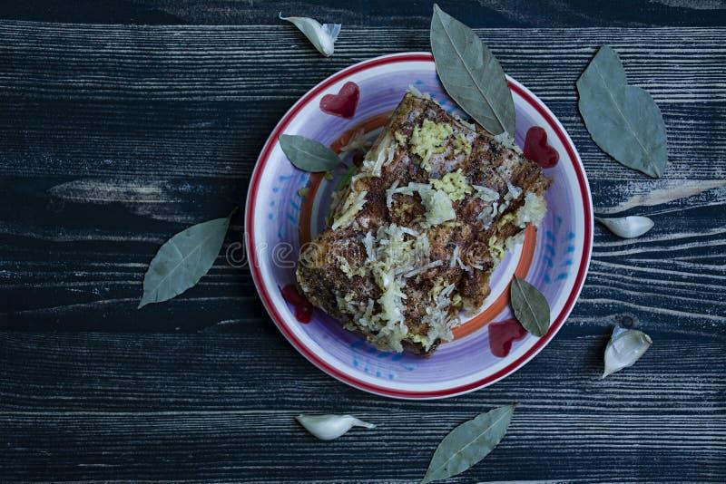 盐味的烟肉片断用香料 传统乌克兰快餐 r 免版税库存照片
