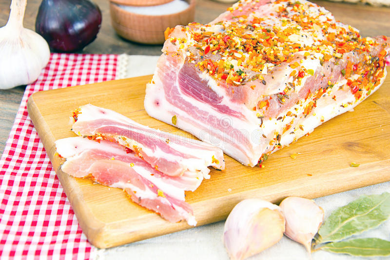 Download 盐味的猪油,在木切板的未加工的猪肉 库存照片. 图片 包括有 会议室, 皮肤, 猪肉, 小珠靠岸的, 原始 - 62530006