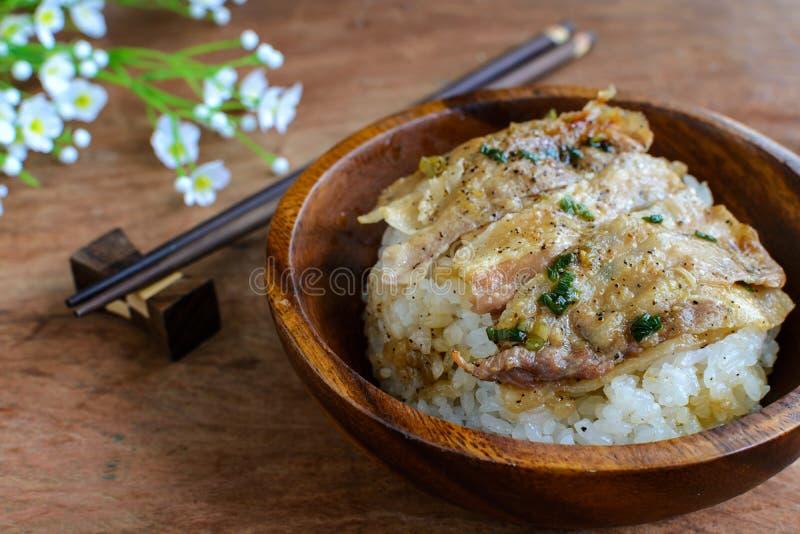盐和黑胡椒烤了猪肉用在木的日本米 图库摄影