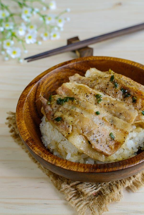 盐和黑胡椒烤了猪肉用在木的日本米 库存照片