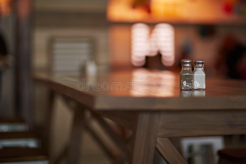 Download 盐和 库存照片. 图片 包括有 空白的, 黑暗, 人们, 户内, 饮料, 内部, 水平, 地点, 两栖, 食物 - 62528326