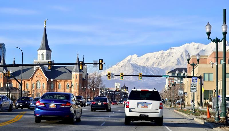 盐湖城,犹他美国- 2017年2月13日:200南街道和看法往雪montains从路 图库摄影