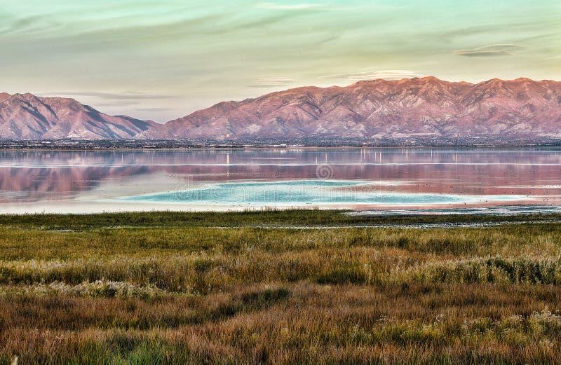 盐湖城-湖、山和草甸的日落视图 库存图片