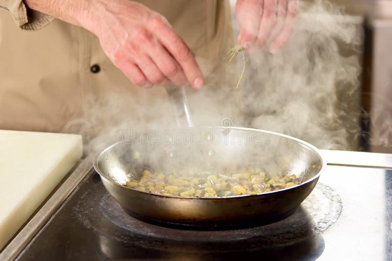 盐溶在火炉的通入蒸汽的盘 免版税库存照片