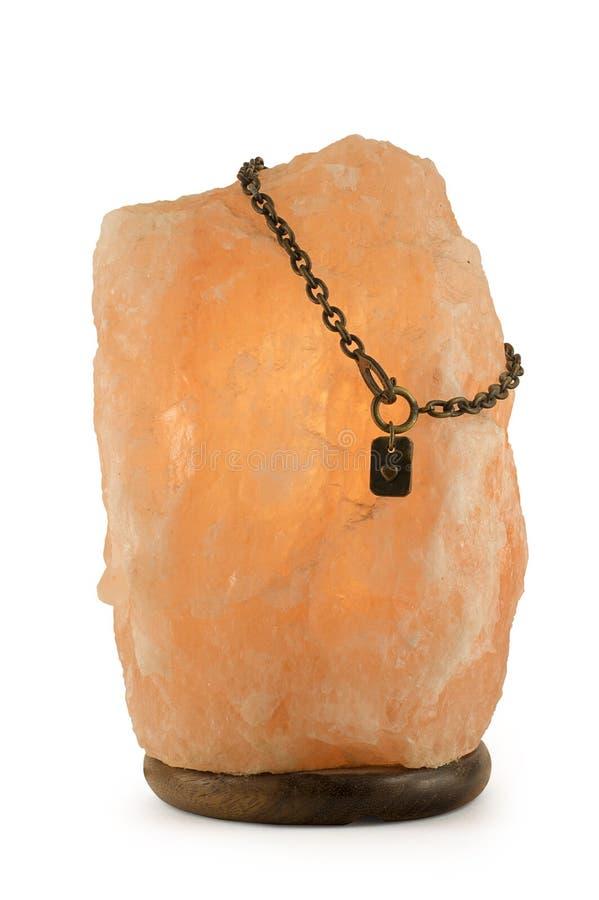 盐溶有被隔绝的链子和心脏的灯在白色背景 库存图片