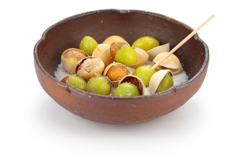 盐烤银杏树坚果,日本食物 免版税库存图片