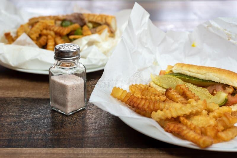 盐瓶和桌上快餐 — 点外卖午餐 库存图片