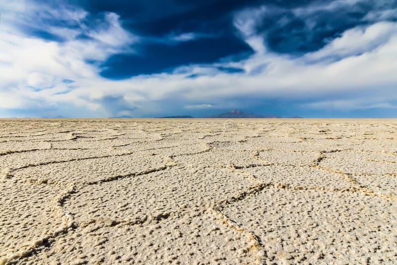 盐舱内甲板的低透视图在乌尤尼盐沼 库存照片