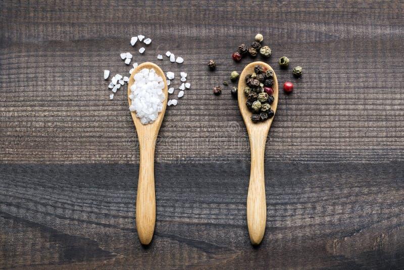 盐水晶和颜色胡椒 免版税库存照片