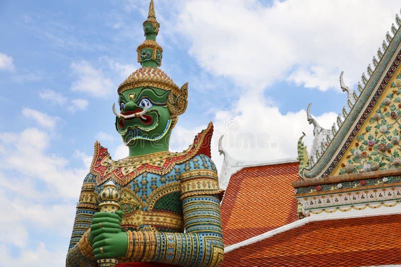 监护人巨人、巨型郑王寺和塔 其中一个最惊人的寺庙在曼谷,以一个高昂70meter高尖顶为特色 库存照片