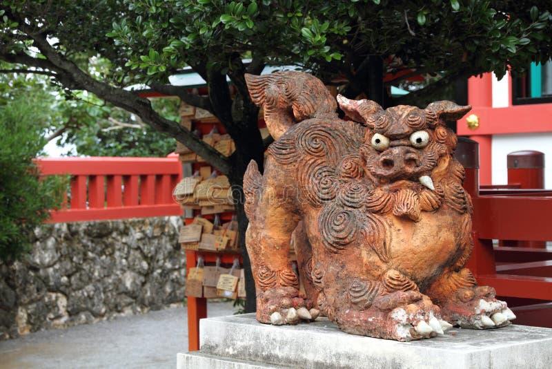 监护人日本冲绳岛shisa雕象 库存图片