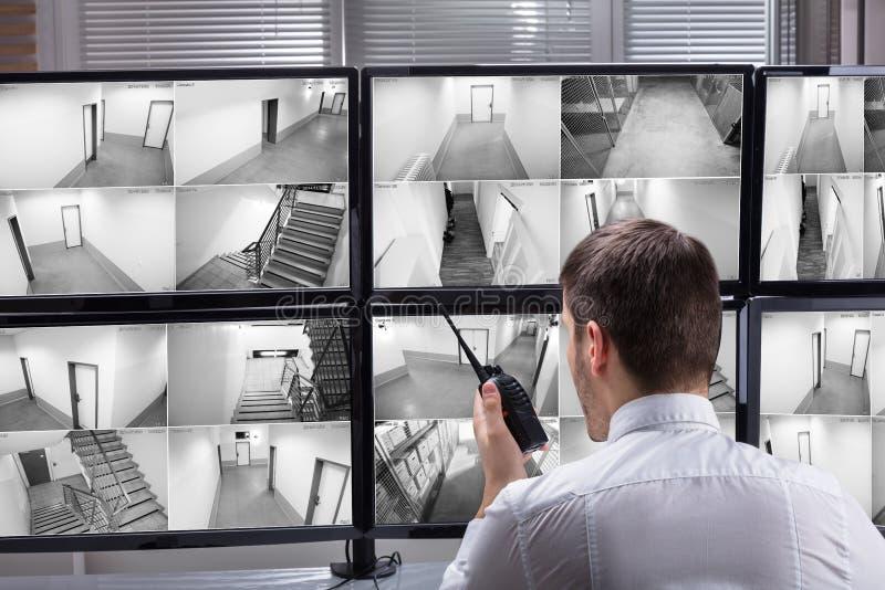 监测CCTV英尺长度的治安警卫 库存照片