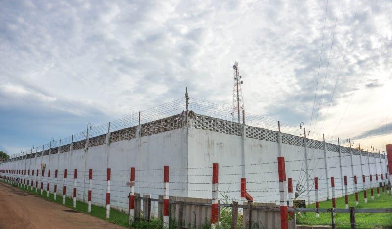 监狱墙壁天空背景 免版税库存照片