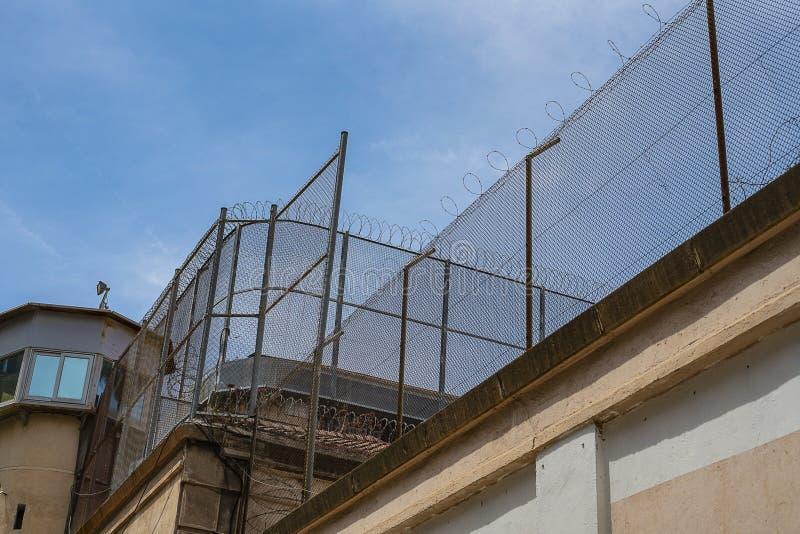 监狱墙壁,底视图 库存照片