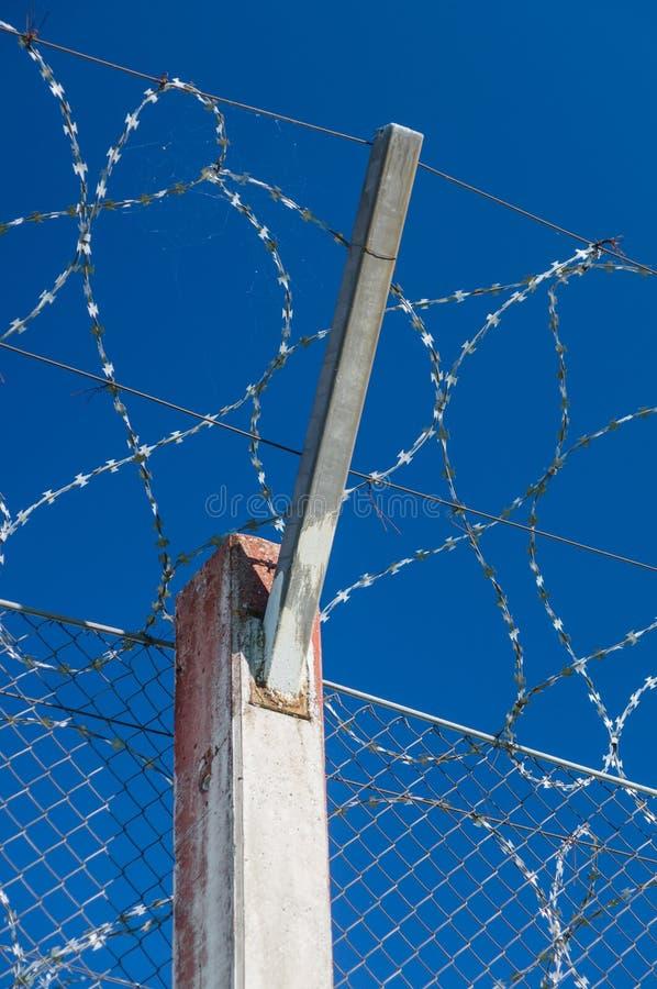 Download 监狱混凝土桩和铁丝网篱芭 库存照片. 图片 包括有 封销线, 卫兵, 监狱, 巴比土酸盐, 国界的, 犯罪 - 59112082