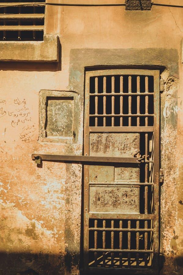 监狱的老门 免版税库存图片