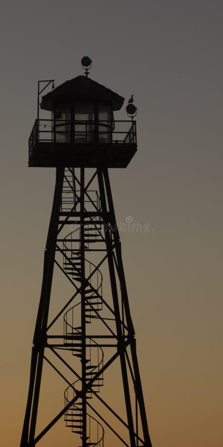 监狱看守在黄昏的手表塔 免版税库存照片