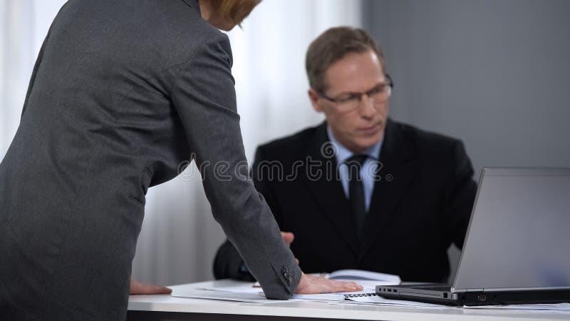 监督员妇女怏怏不乐对于经理报告,恶劣的表现,坏结果 免版税库存图片