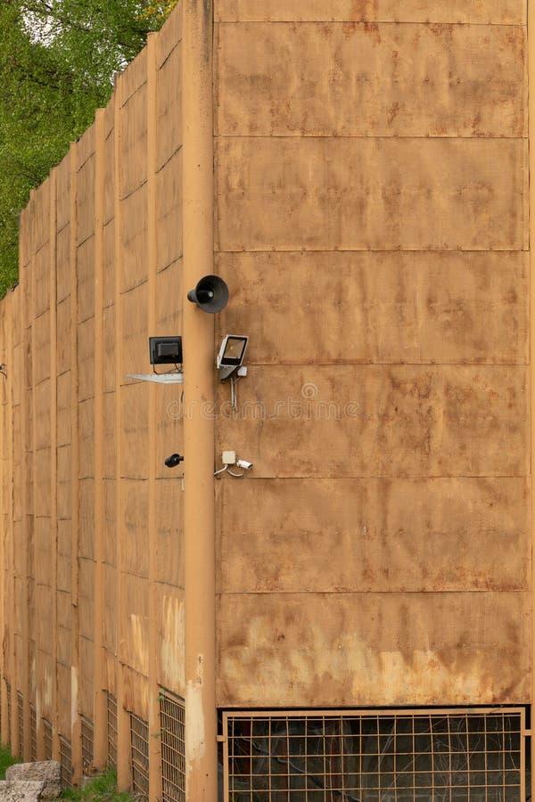 监视器和报告人在老金篱芭 免版税库存图片