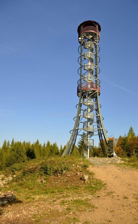 监视在同一小山Kotel的塔锅炉在Rokycany附近在捷克 免版税图库摄影