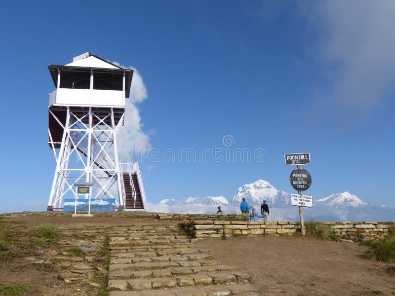 监视塔和道拉吉里峰从Poon小山,尼泊尔范围 库存照片