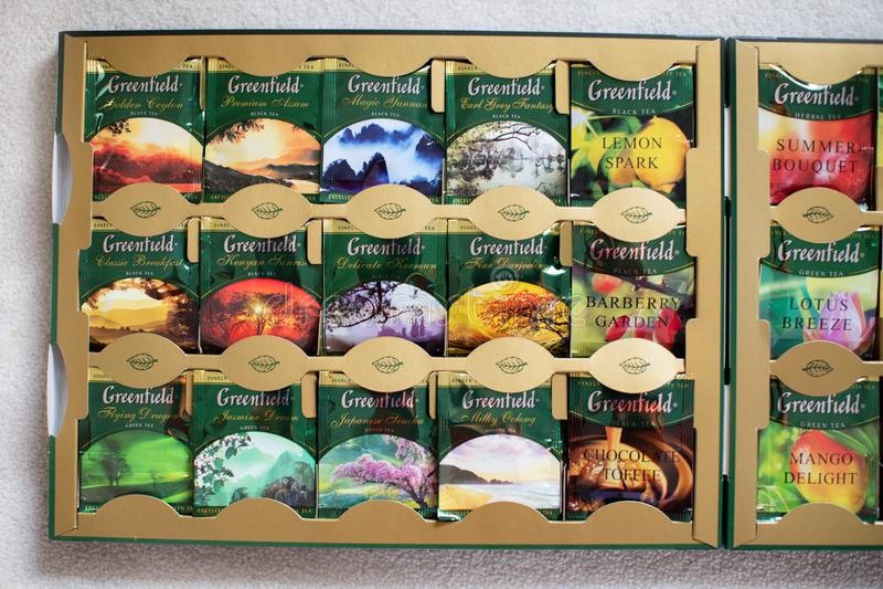 盒与许多不同的味道的未开发的地区茶 免版税库存照片