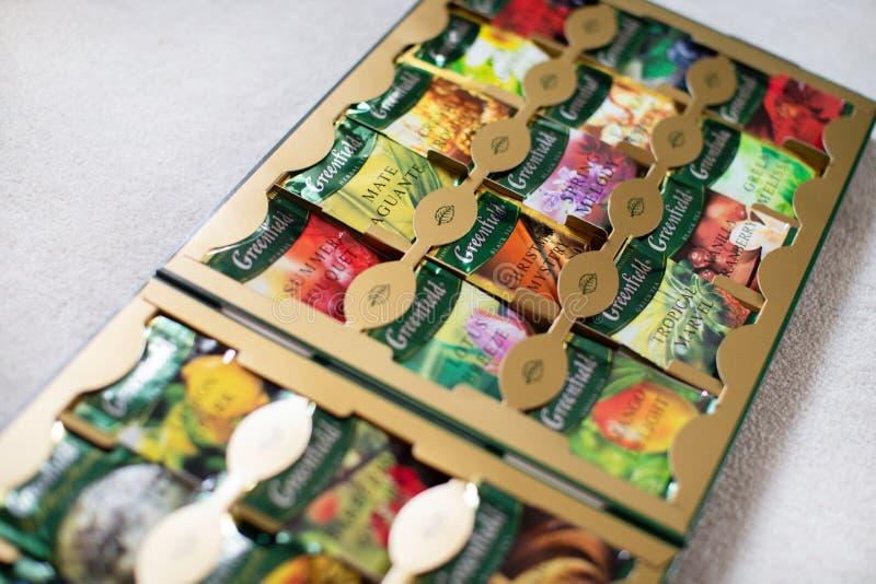 盒与许多不同的味道的未开发的地区茶 免版税库存图片