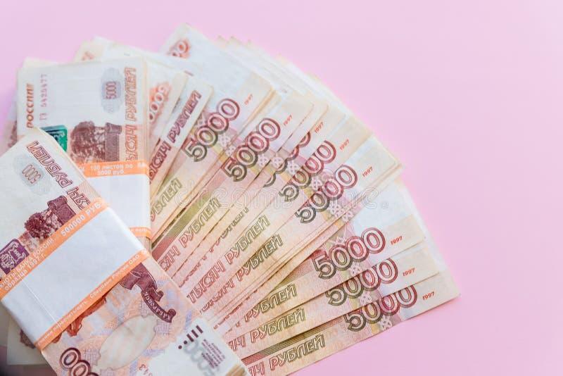 盒五第一千个卢布笔记在银行业务包裹的50万俄罗斯卢布在背景  免版税库存图片