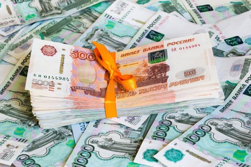 盒五第一千个在金钱背景的钞票 免版税库存照片