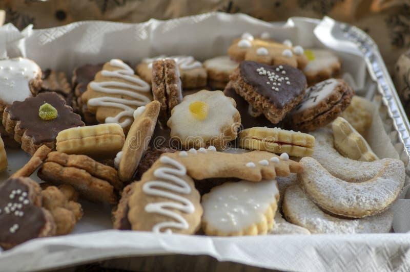 盒子里堆着许多种圣诞曲奇饼,各种颜色和味道 库存图片